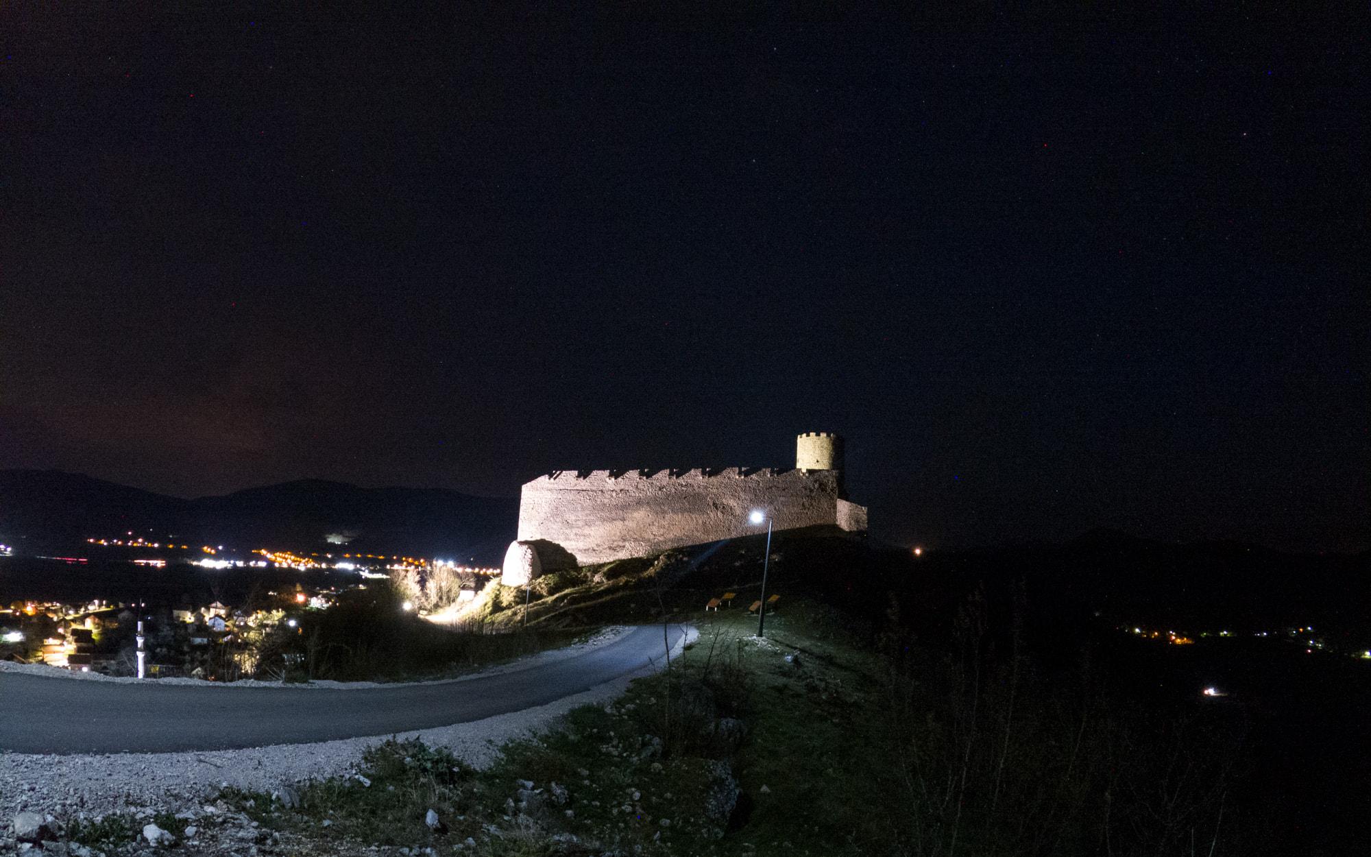 Grad Sokolac postaje prava mala bajka: Solarna javna rasvjeta obasjala put do sokolačke kule